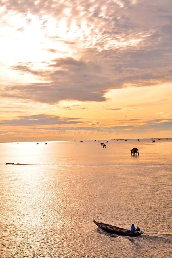 Bateau de pêche et lever de soleil photographie stock