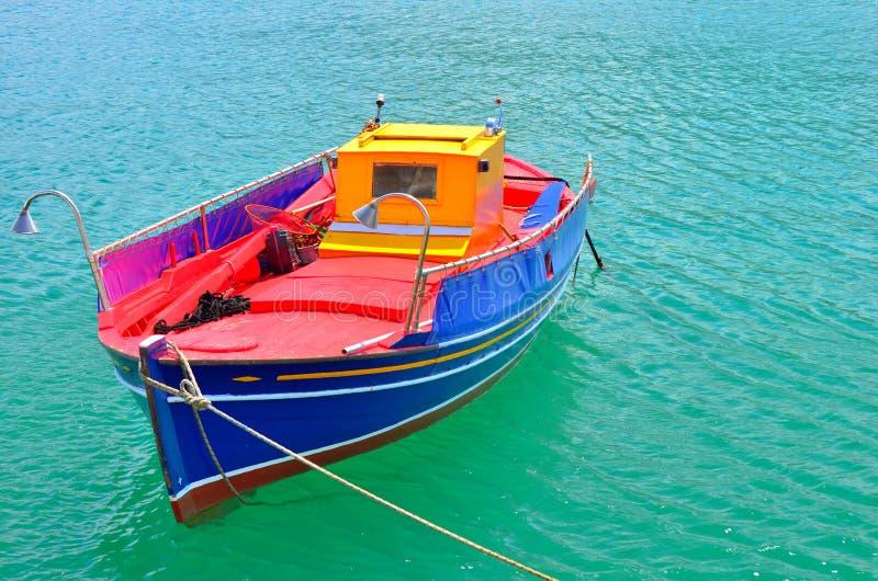 Bateau de pêche grec traditionnel peint dans des couleurs lumineuses image stock