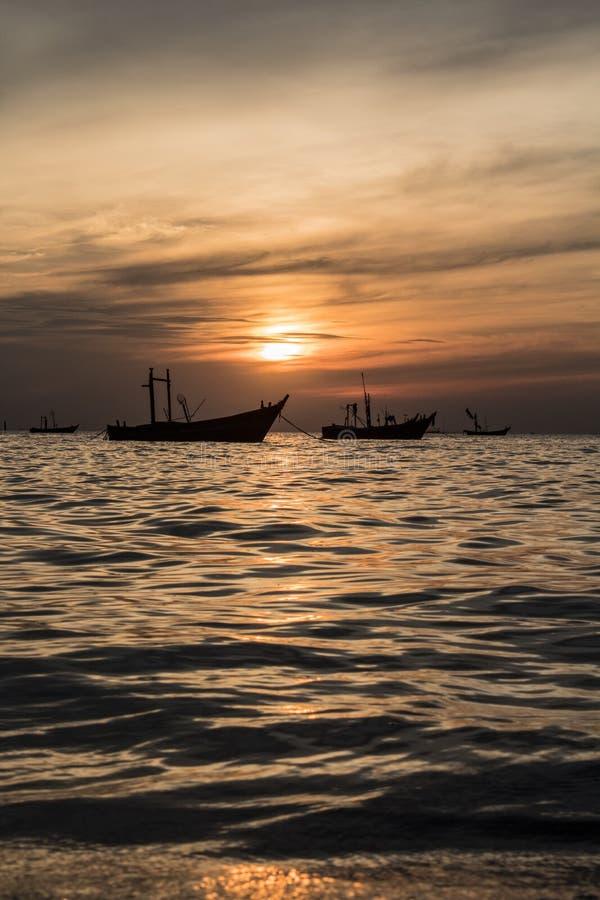 Bateau de pêche le soir images libres de droits