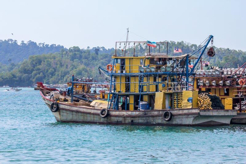 Bateau de pêche malaisien à la baie près de Kota Kinabalu, Bornéo photos libres de droits