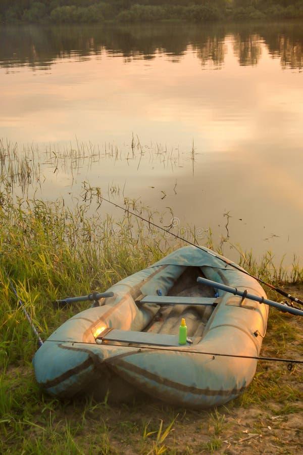 Bateau de pêche par la rivière photo libre de droits