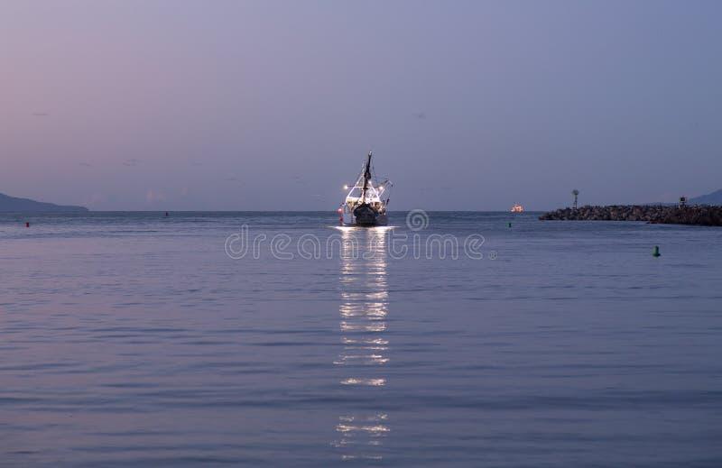 Bateau De Pêche Partant De L Aube De Port De Ventura Photographie stock libre de droits