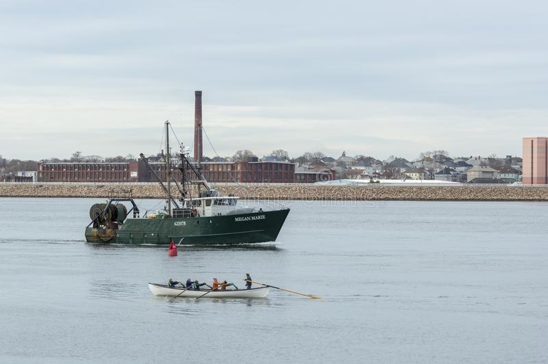 Bateau de pêche passant la baleinière photographie stock libre de droits