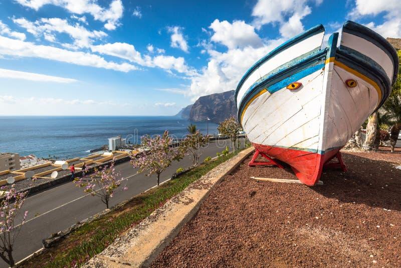 Bateau de pêche peint coloré près de l'océan dans la visibilité directe Gigantes, T photos stock