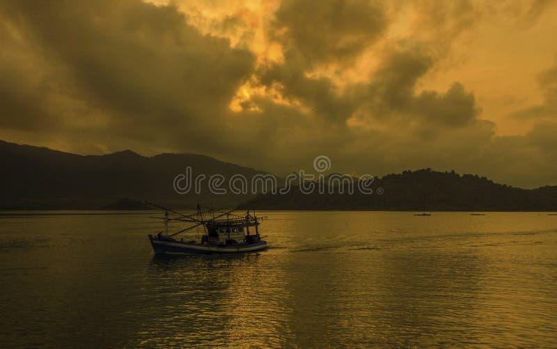 Bateau de pêche pendant le matin aux îles de changement en Thaïlande photo libre de droits