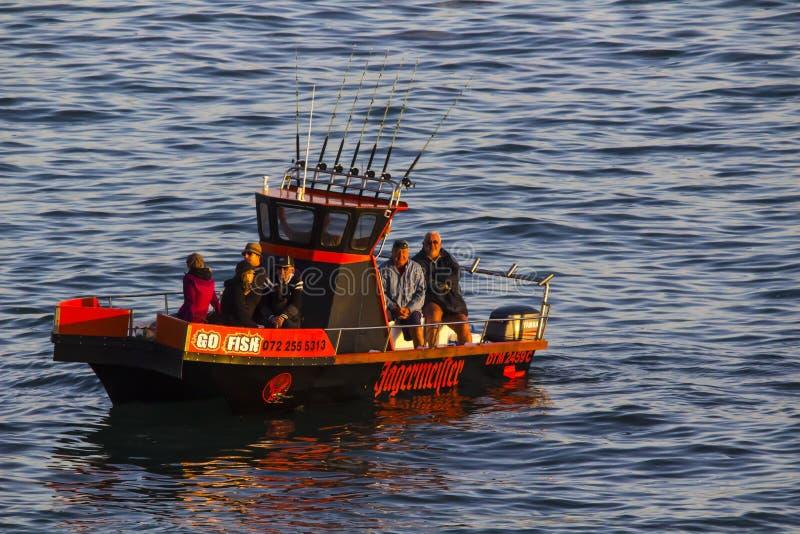 Bateau de pêche quittant le port photo libre de droits