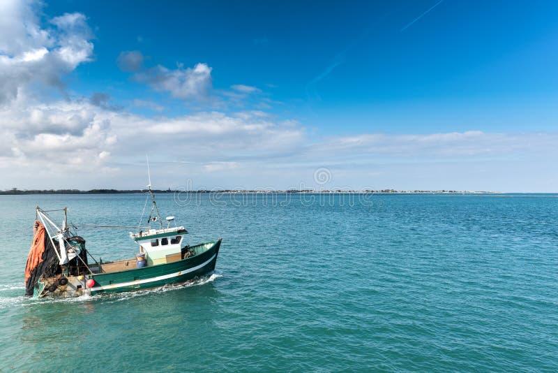 Bateau de pêche quittant le port de Barfleur images libres de droits