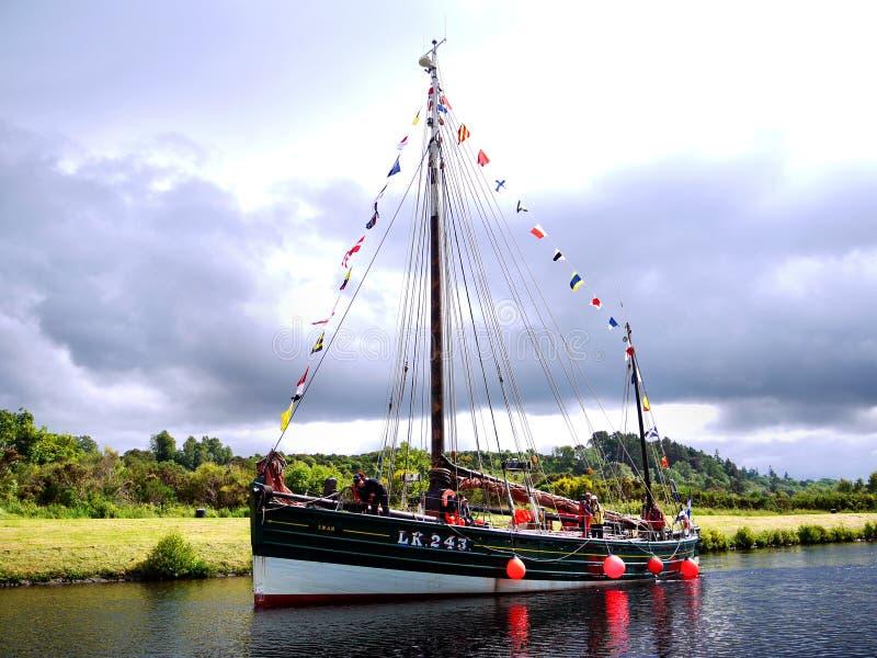 Bateau de pêche reconstitué d'harengs sur le canal images stock