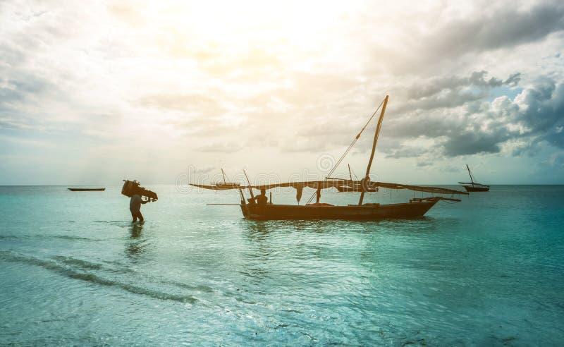 Bateau de pêche rustique se reposant dans l'océan, Zanzibar photos libres de droits