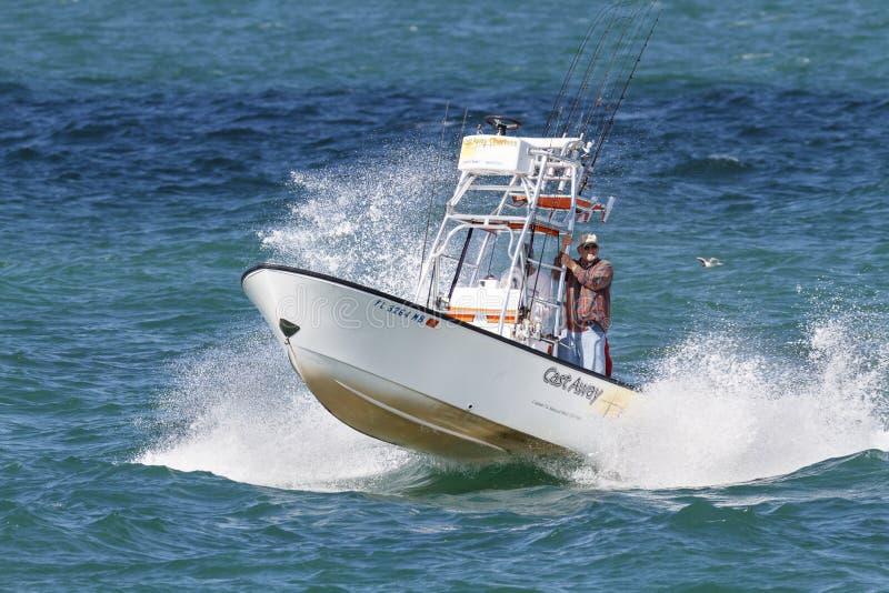 Bateau de pêche sportive près de pilier de pêche de Skyway photographie stock