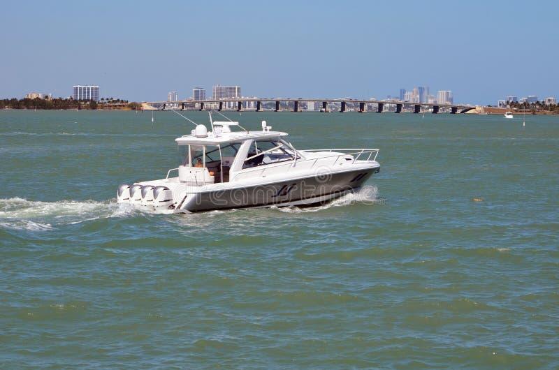 Bateau de pêche de sports actionné par quatre moteurs extérieurs photos libres de droits