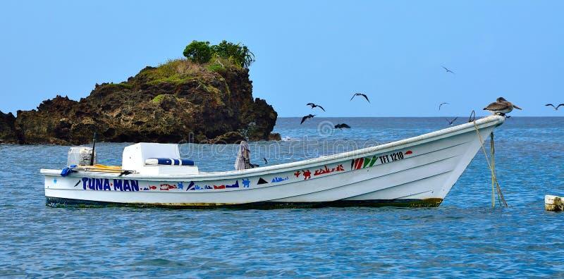 Bateau de pêche sur l'île du Tobago photo stock