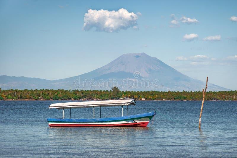 Bateau de pêche sur la mer et la montagne de paysage images libres de droits