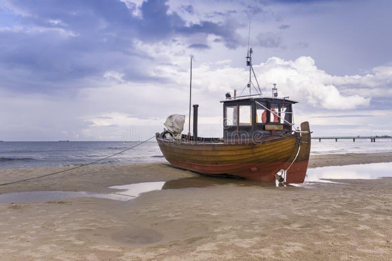 Bateau de pêche sur la plage images stock