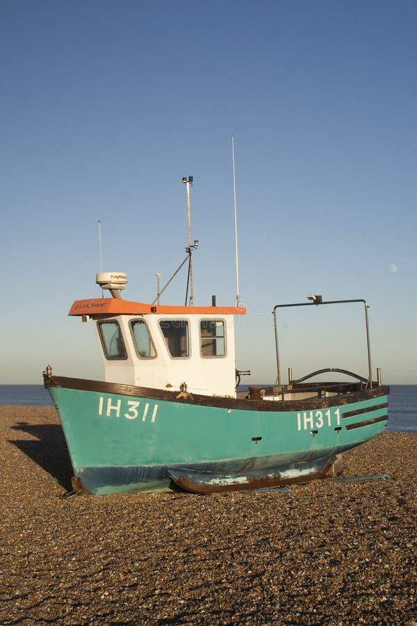 Bateau de pêche sur la plage d'Aldeburgh, Suffolk, Angleterre image stock