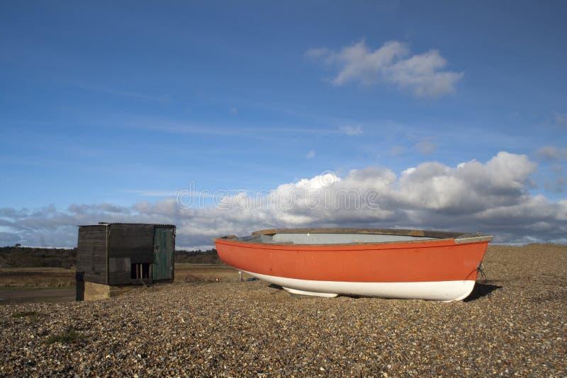 Bateau de pêche sur la plage de Dunwich en le Suffolk, Angleterre image stock