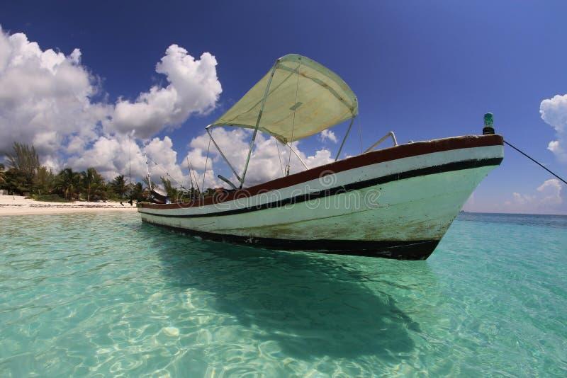 Bateau de pêche sur la plage des Caraïbes tropicale   image libre de droits