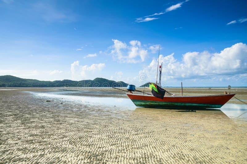 Bateau de pêche sur la plage onduleuse de sable images stock