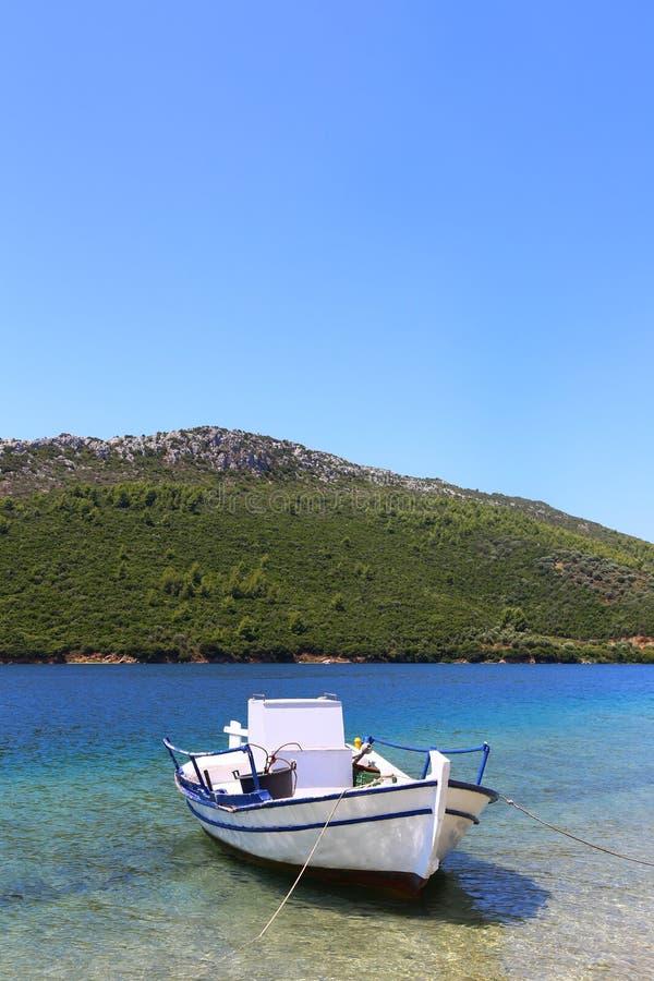 Bateau de pêche sur le fond du sithonia vert Grèce de montagne image stock