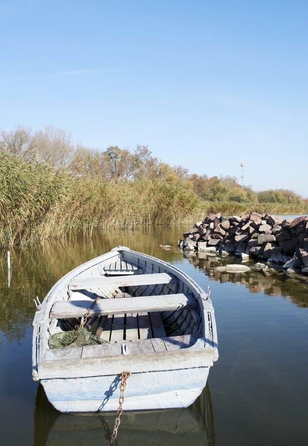 Bateau de pêche sur le lac Balaton en automne photo libre de droits