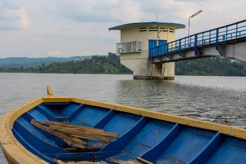 Bateau de pêche sur le lac Cacaban Tegal, Indonésie photos stock