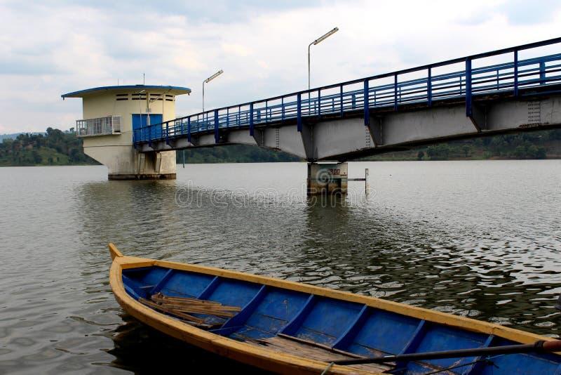 Bateau de pêche sur le lac Cacaban Tegal, Indonésie images libres de droits