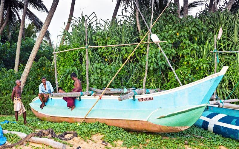 Bateau de pêche sur le pêcheur de sourire Portrait, Sri Lanka de côte image stock
