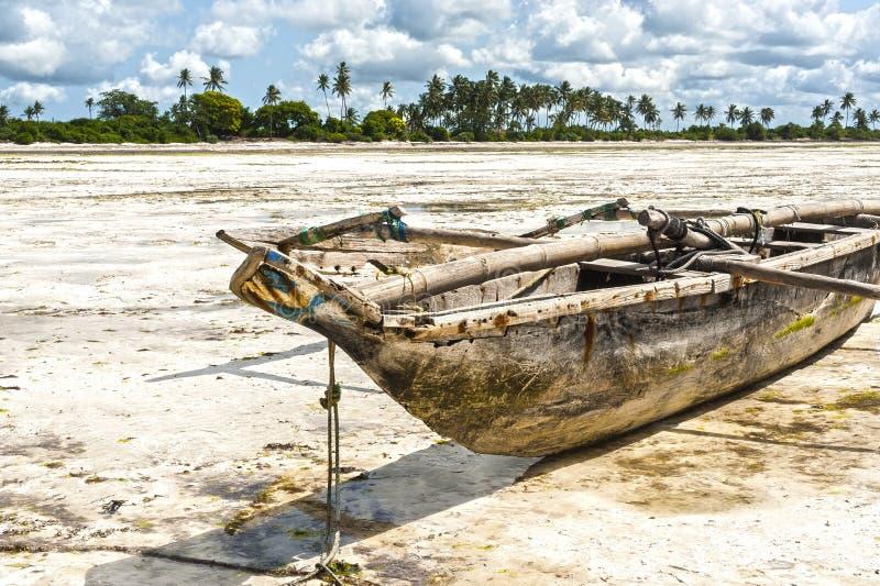 Bateau de pêche sur le sable à marée basse sur la plage de Jambiani, Zanzibar photos stock