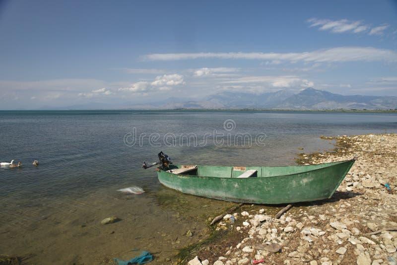 Bateau de pêche sur les rivages du lac Skadar, Albanie photo libre de droits