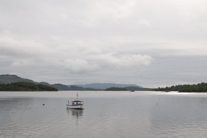 Bateau de pêche sur Loch Lomond photo libre de droits