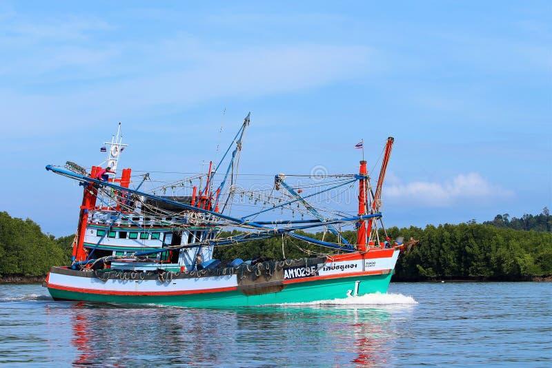 Bateau de pêche thaïlandais coloré photo stock
