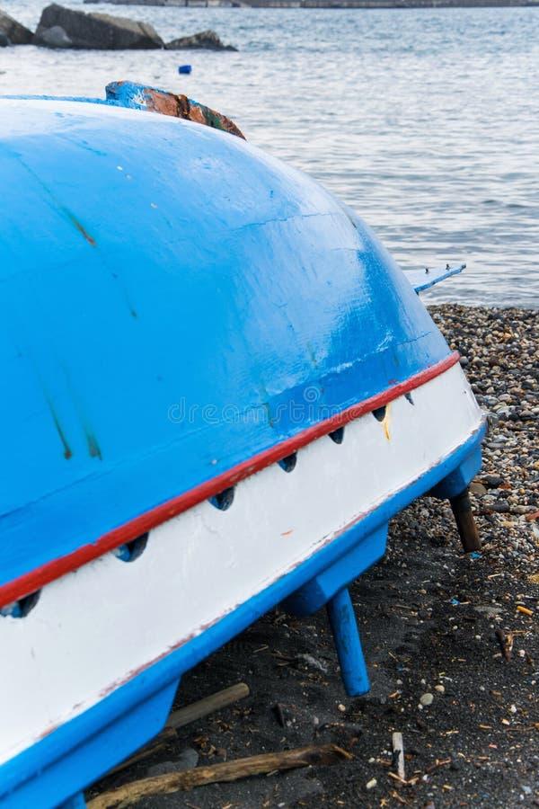 Bateau de pêche tourné en bois traditionnel sur le bord de la mer image libre de droits