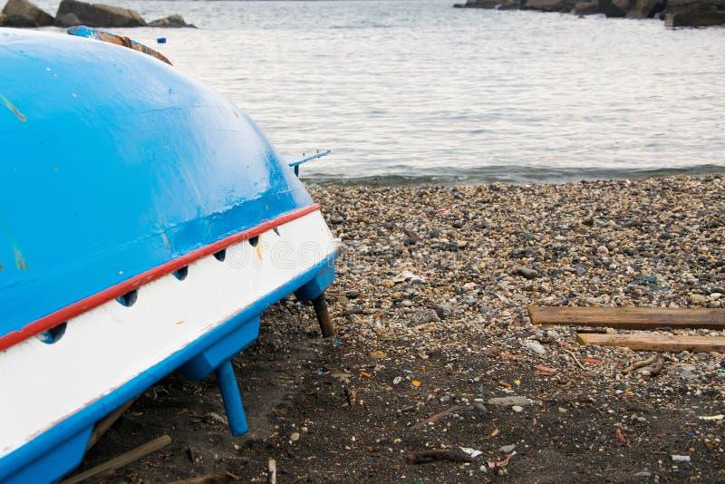 Bateau de pêche tourné en bois traditionnel sur le bord de la mer images libres de droits