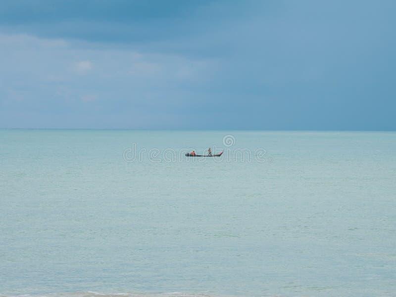 Bateau de pêche traditionnel au milieu de la mer image libre de droits