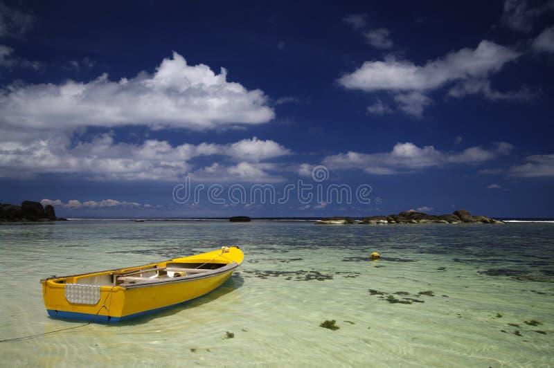 Bateau de pêche traditionnel coloré chez Anse Forbans, Seychelles photo stock
