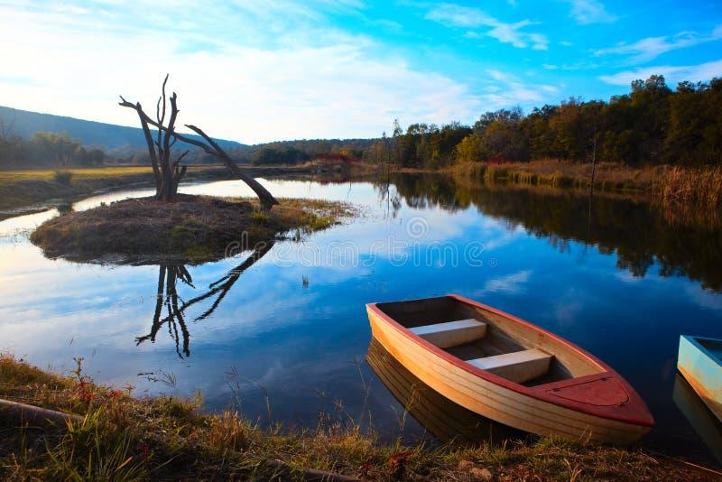 Bateau de pêche tranquille photos libres de droits