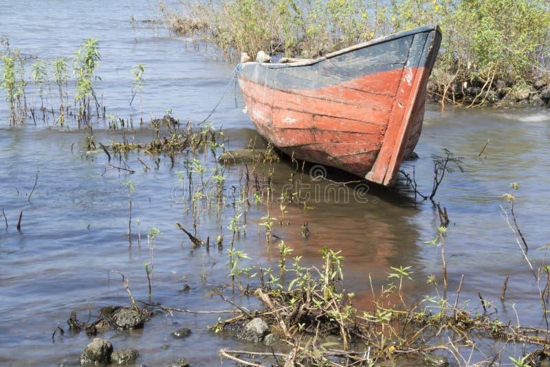 Bateau de pêcheur à la plage de Concepcion, île d'Ometepe image libre de droits