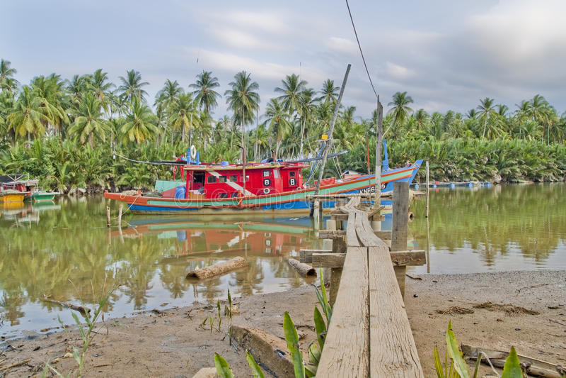 Bateau de pêcheur chez Kuala Besar Jetty, Kota Bharu, Kelantan image libre de droits