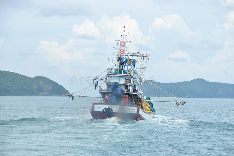 Bateau de pêcheur dans l'industrie de la pêche en Thaïlande photographie stock