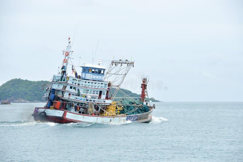 Bateau de pêcheur dans l'industrie de la pêche en Thaïlande images stock