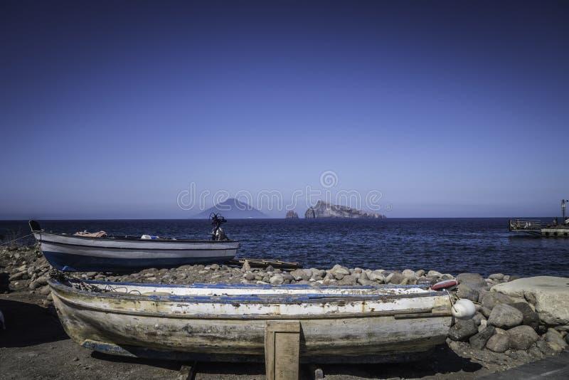 Bateau de pêcheur dans les îles éoliennes photographie stock