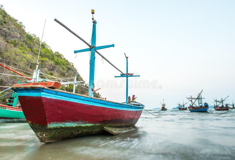 Bateau de pêcheur en mer images stock