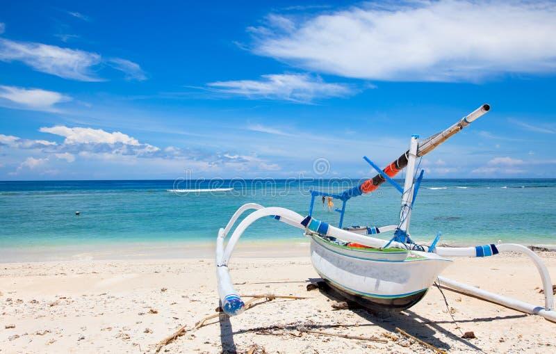 Bateau de pêcheur sur l'île de Gili de plage, Indonésie photographie stock libre de droits