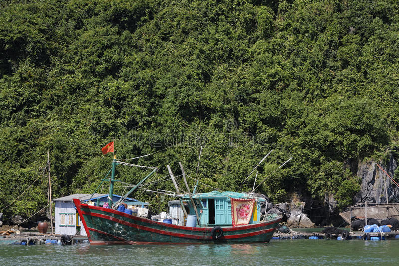 Bateau de pêcheurs près de Cat Ba image stock