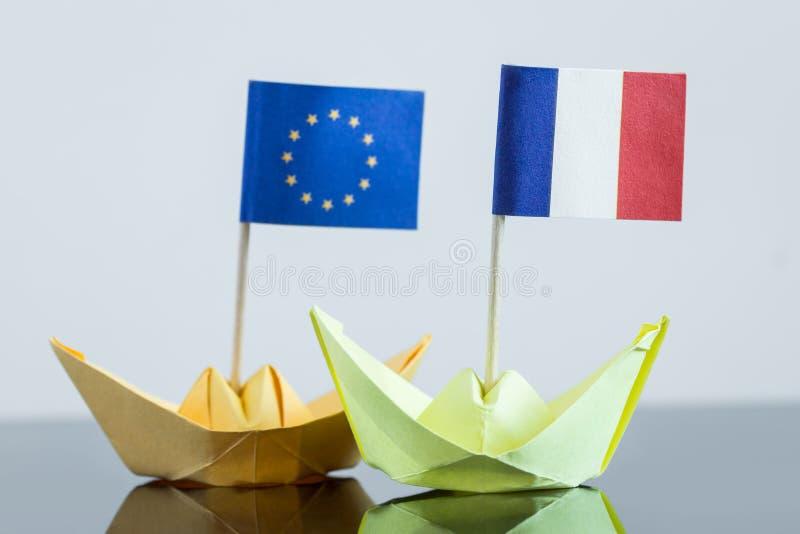 Bateau de papier avec le drapeau français et européen photographie stock libre de droits