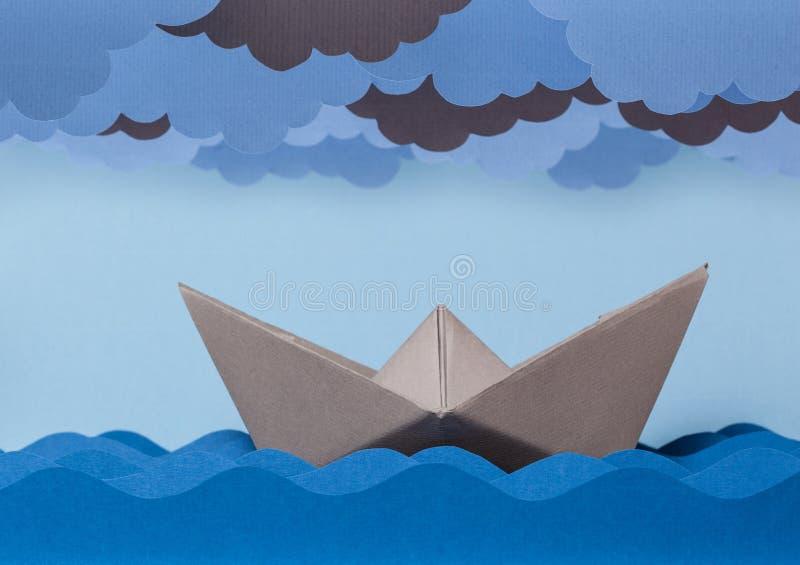 Bateau de papier dans la tempête images stock