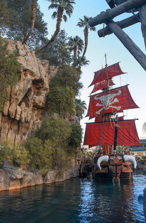 Bateau de pirate à l'étang près de l'hôtel d'île de trésor images libres de droits
