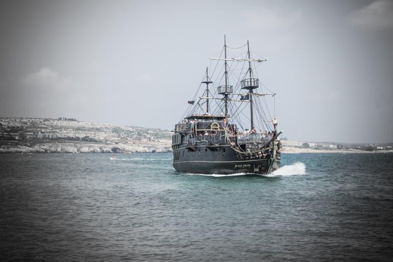 Bateau de pirate avec des touristes naviguant près de la côte photographie stock