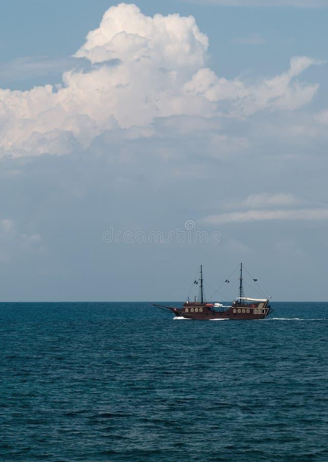 Bateau de pirate en mer image libre de droits