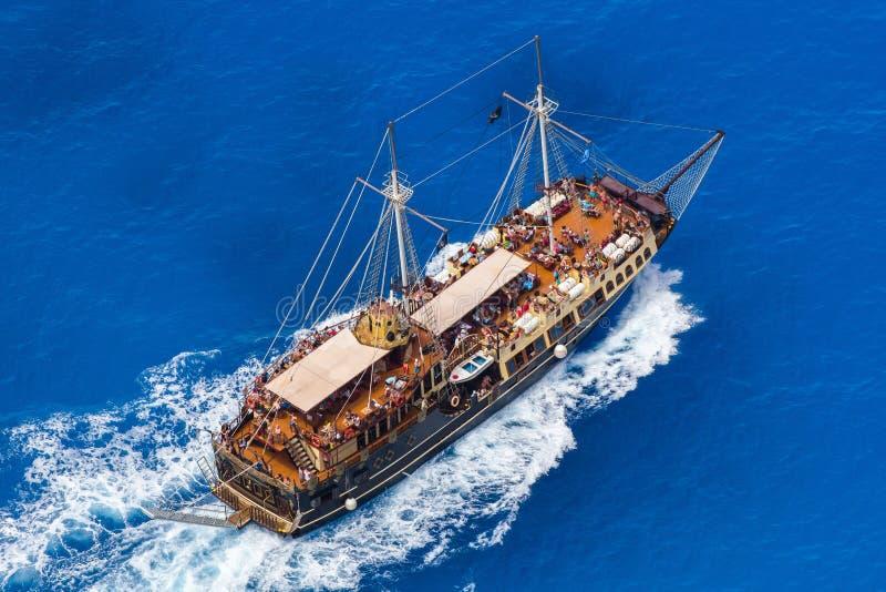 Bateau de pirate en mer Méditerranée avec des personnes à bord photos stock